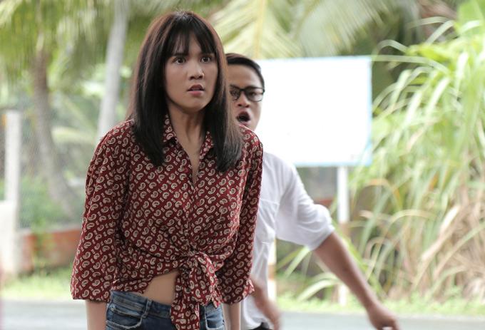Ngọc Trinh diễn tả cảm xúc tức giận khi bị cha mẹ ở quê ép lấy chồng. Cô quyết định cùng một nhóm bạn bỏ nhà đi bụi.