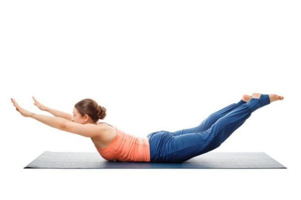 Nằm sấp, tay duỗi thẳng phía trên đầu, thực hiện động tác nâng cao tay, chân và đầu lên khỏi mặt thảm 30 lần.