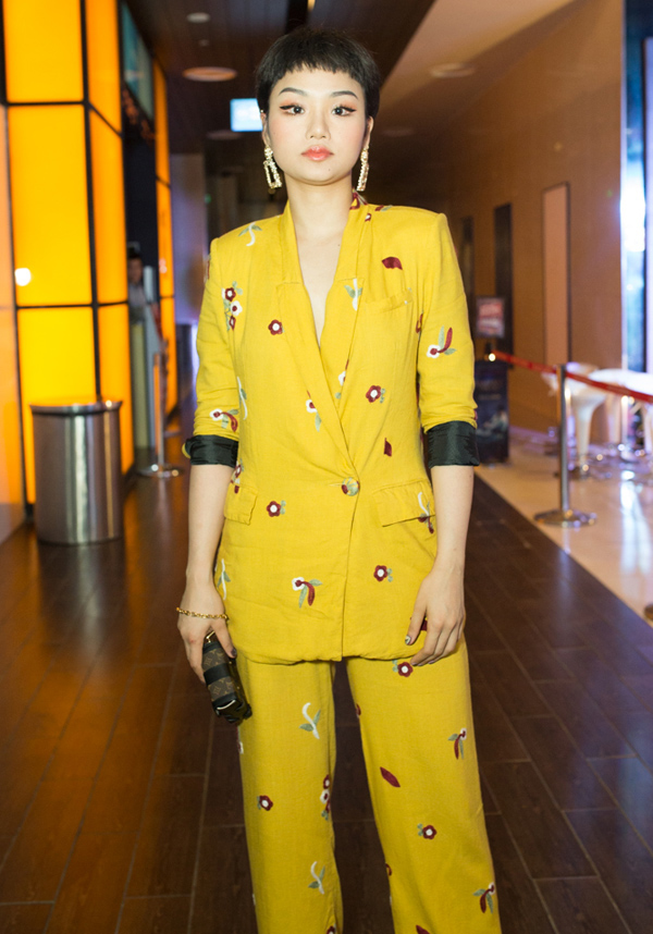 Phong cách của ca sĩ Miu Lê bị chê bởi bộ suit cắt may thiếu chỉn chu và lối make-up không phù hợp.