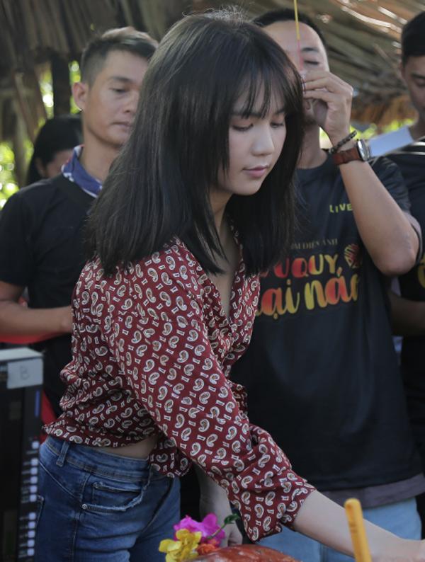 Ngọc Trinh cùng các thành viên trong êkíp làm phim Vu quy đại náo thắp hương cầu Trời cho buổi quay phim diễn ra suôn sẻ.