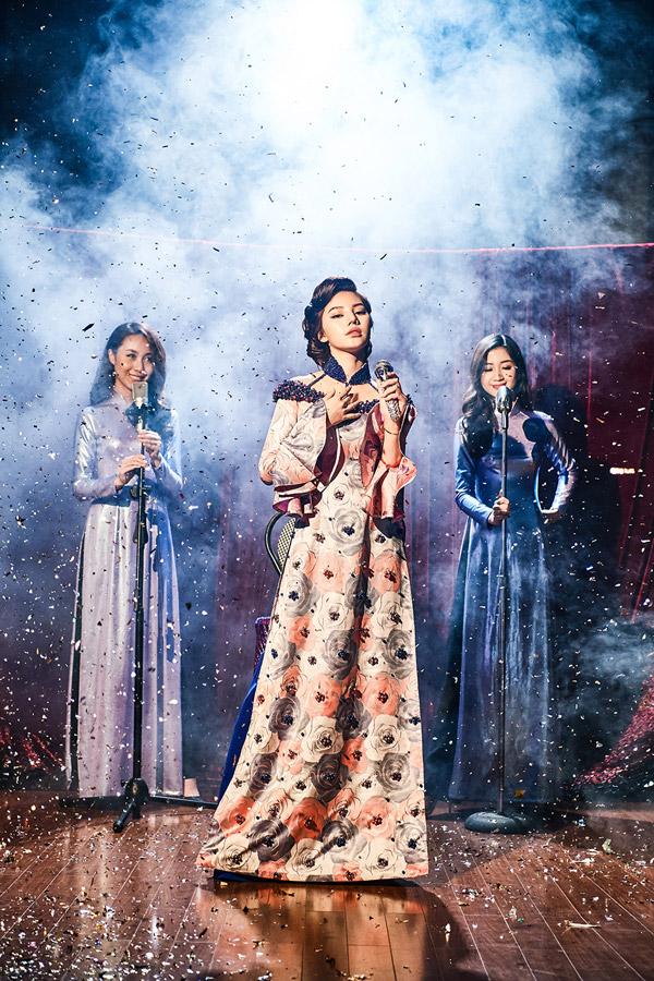 Trong bộ ảnh thời trang Diva quyến rũ, Jolie Nguyễn khoe vẻ kiêu sa với các những mẫu áo dài hoài cổ của NTK Kenny Thái.