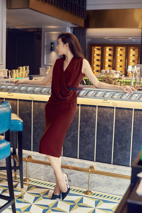Trang phục được tạo khối ấn tượng ở ngực áo vì thế đây là mẫu đầm phù hợp với những cô nàng mảnh dẻ.