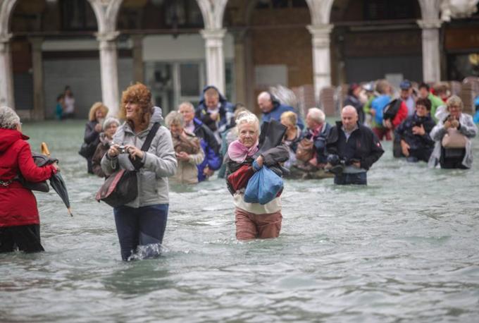 Ngoài Venice, hầu hết các khu vực ở Italy đang bị cảnh báo sẽ bị ngập lụt do mưa lớn, một tình trạng xảy ra do sự thiếu quan tâm tới việc duy trì, sửa sang hệ thống các lòng sông trong cả nước.