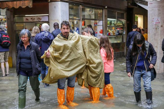 Người dân Venice khi ra đường đều mặc áo mưa, áo gió, đi ủng để đỡ bị ướt. Luca Zaia, thống đốc vùng Veneto, cho biết lũ lụt tuần này có thể sẽ đạt mức như trận lụt xảy ra ở Venice và Florence hồi năm 1966. Bộ Nội vụ Italy cũng kêu gọi các quan chức ở các khu vực bị mưa bão tấn công nên cân nhắc đến việc đóng cửa các trường học và văn phòng hai ngày.