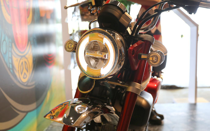 Xe sử dụng đèn chiếu sáng LED toàn bộ, bình xăng dung tích 5,6 lít, chiều cao yên 776 mm.
