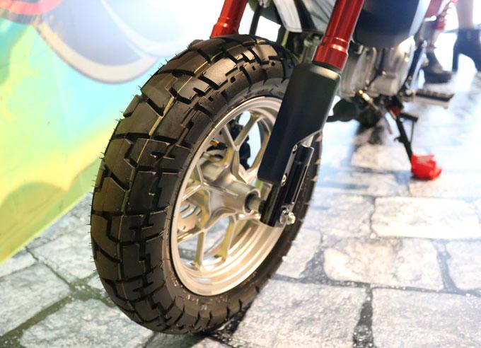 Vành bánh xe kích thước 12 inch. Các chi tiết đều cơ bắp như yên xe gấp, lốp gai và ống xả to.