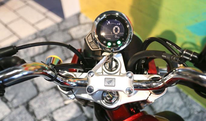 Monkey có đồng hồ tốc độ LCD, phuộc trước ống lồng và giảm xóc lò xo đôi phía sau.