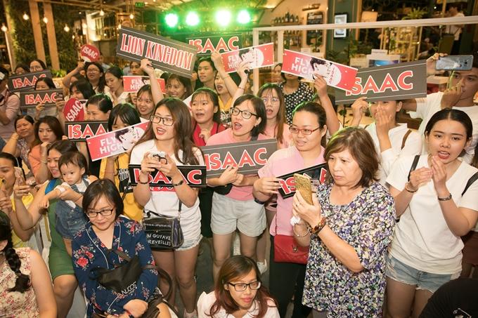 Đông đảo fan đứng hò reo cổ vũ, yêu cầu Isaac hát nhiều ca khúc khiến anh phải nhắc nhở khéo: Đây là sự kiện, chứ không phải họp fan nha mọi người.