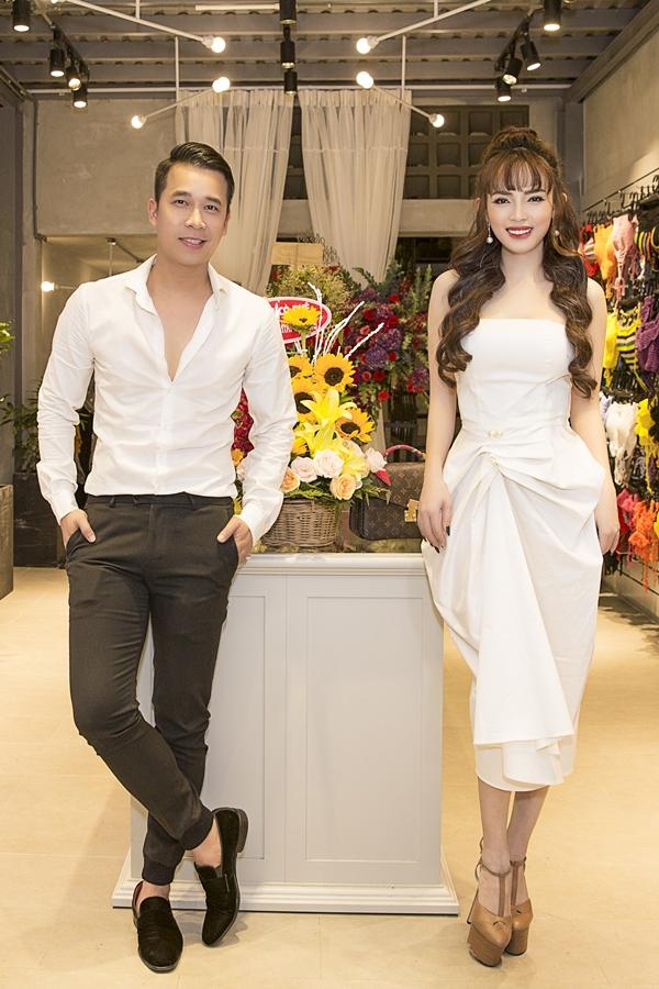 1. Tối 1/11, Việt Huê  bà xã Lê Hoàng (The Men) khai trương cửa hàng thời trang tại TPHCM. Cô diện đầm trắng, khoe vóc dáng gợi cảm bên cạnh ông xã.