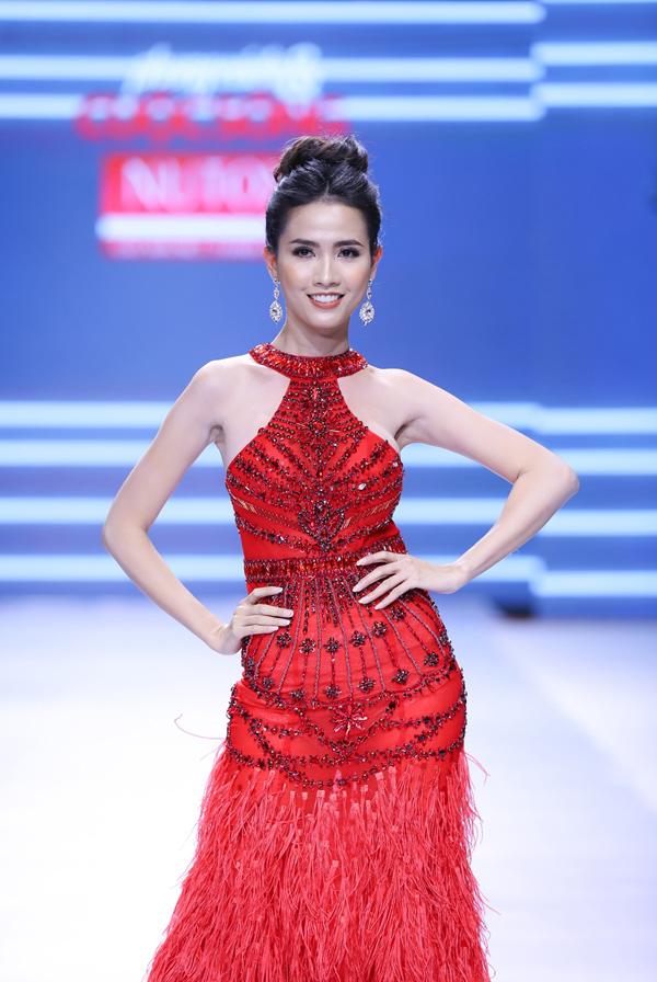 Trong khi đó, Hoa hậu Đại sứ du lịch thế giới 2018 Phan Thị Mơ cũng tham gia trình diễn trong chương trình với bộ váy đỏ ấn tượng với phần hở vai nữ tính và phần thân lẫn đuôi váy được đính lông lộng lẫy. Thường xuyên góp mặt trong những đêm diễn thời trang, Hoa hậu Mơ Phan cũng để lại nhiều thiện cảm bởi sự chuyên nghiệp lẫn vẻ đẹp nồng nàn trong những bộ dạ hội.