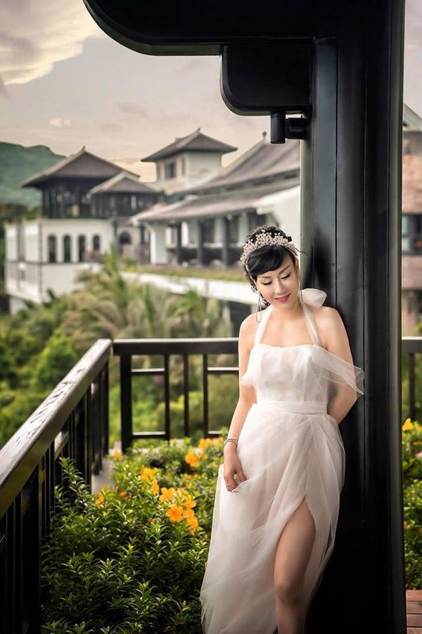 Bà xã hơn tuổi của nam diễn viên cũng khoe một tấm ảnh cưới trước ngày lên xe hoa.