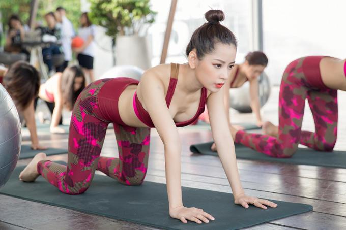 Chi Pu tập trung cao độ khi thực hiện các động tác yoga. Cô muốn truyền cảm hứng, cổ vũ phụ nữ thành thị chăm chút ngoại hình và cả sức khỏe thể chất.