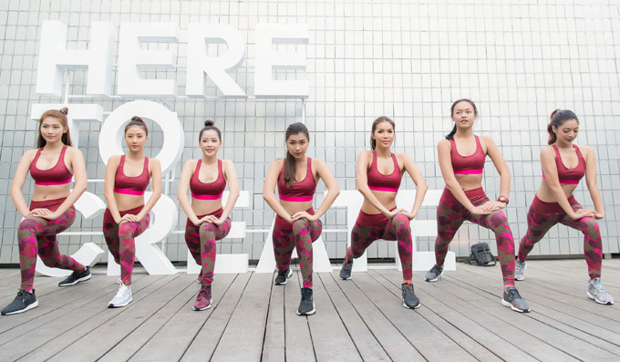 Sự kiện còn có người mẫu Quỳnh Châu (ngoài cùng bên trái), Đồng Ánh Quỳnh (thứ tư từ trái qua) và Mai Ngô (thứ hai từ phải qua) tham dự.
