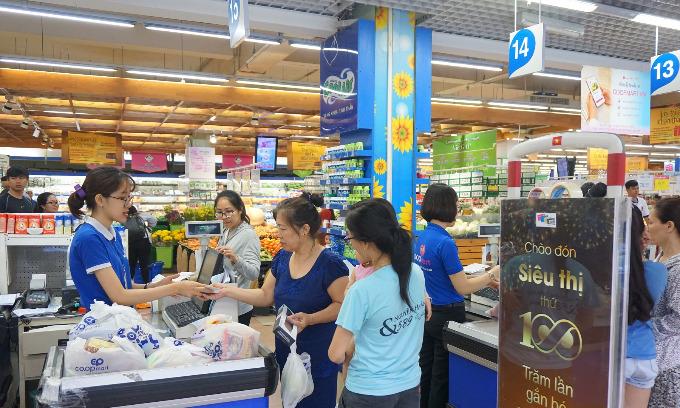 Siêu thị giảm giá các mặt hàng nước mắm, sữa tươi, bột giặt, bộ lau nhà...chỉ còn từ 5.000 đồng mỗi sản phẩm.