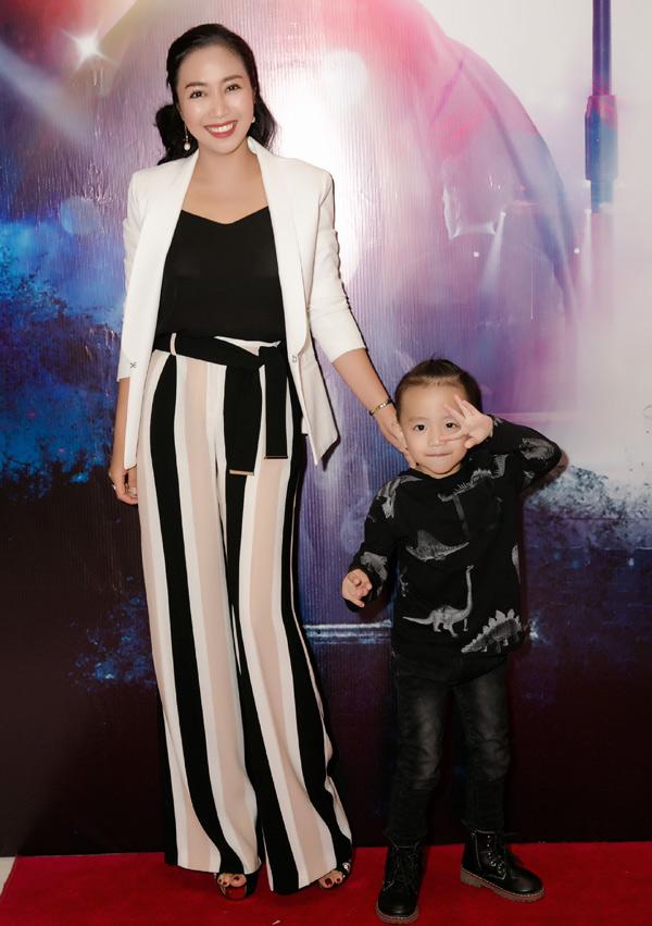Dù bận rộn nhưng Ốc Thanh Vân vẫn tranh thủ cùng con trai dự sự kiện của Vy Oanh.