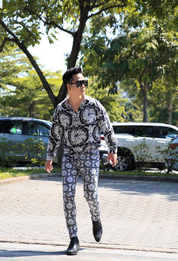 Quách Tuấn Du sành điệu với trang phục hàng hiệuxuất hiện ở sân bay Tân Sơn Nhất TP HCM.