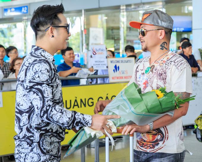 Quách Tuấn Du và Quí Nguyễn có mối quan hệ thân thiết nhiều năm nay. Mỗi khi sang Mỹ biểu diễn, nam ca sĩ quê miền Tây luôn đến thăm Quí Nguyễn và chia sẻ mọi vui buồn, khó khăn với Vua Pocker.