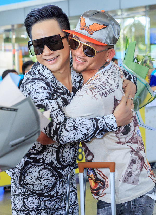 Quách Tuấn Du ôm chặt anh kết nghĩa ở sân bay. Chàng ca sĩ khoe, dịp sinh nhật vừa qua, anh được Quí Nguyễn gửi tặng 1.000 USD nhưngkhông sử dụng mà đem giúp nghệ sĩ cải lương Trang Thanh Xuân trả nợ.