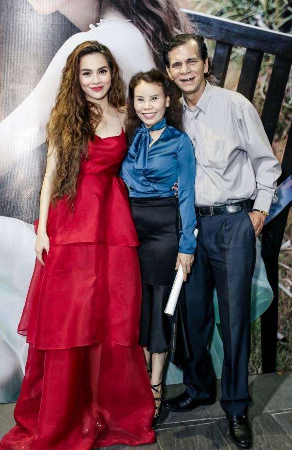 Tối 2/11, Hồ Ngọc Hà tổ chứcđêm nhạc ra mắt ca khúcGiá như mình đã bao dung tại TP HCM. Bố mẹ của nữ ca sĩ đến chúc mừng con gái với sản phẩm âm nhạc mới.