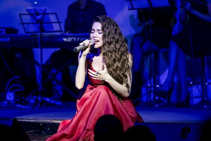 Hồ Ngọc Hàcòn thể hiệnca khúc Em muốn anh đưa em về phiên bản Acoustic được phối mới bởi nhạc sĩ Hoài Sa để dành tặng khán giả.
