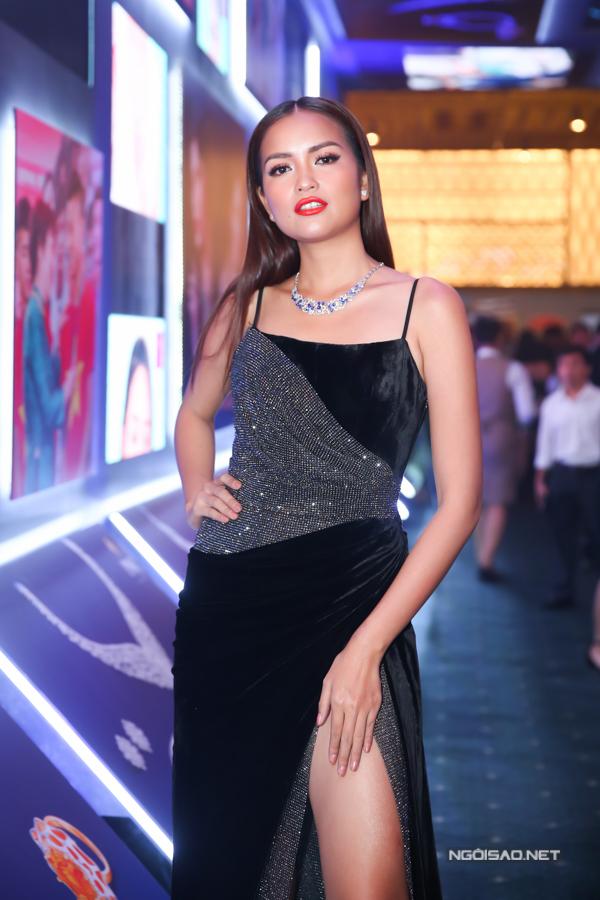Ngọc Châu chọn váy nhung đi kèm chất liệu ánh kim để khoe sắc cùng dàn người đẹp trên thảm đỏ.