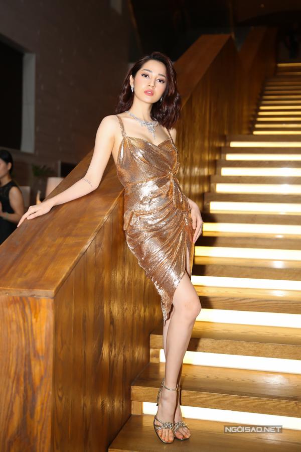 Bảo Anh giúp mình tỏa sáng với thiết kế váy ánh kim của Tăng Thành Công. Cùng với chất liệu có độ bắt sáng cao là phom dáng tôn nét sexy cho người mặc.