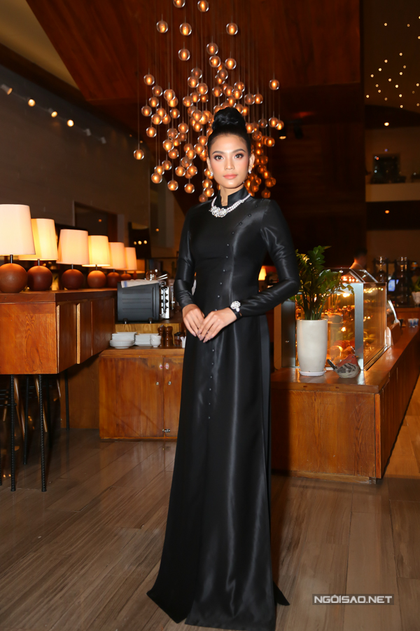 Trương Thị May luôn thể hiện cách ăn mặc không đụng hàng khi tham gia các sự kiện. Thay vì váy dạ hội cut-out như dàn mỹ nhân, cô chọn áo dài nền nã.