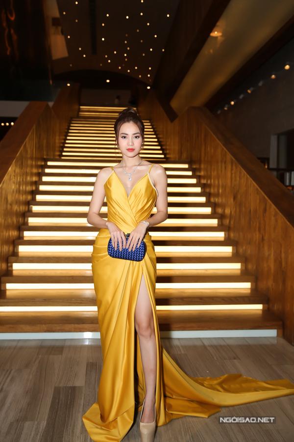 Ninh Dương Lan Ngọc khiến mình trở nên gợi cảm hơn nhờ mẫu váy xẻ cao khoe chân thon.