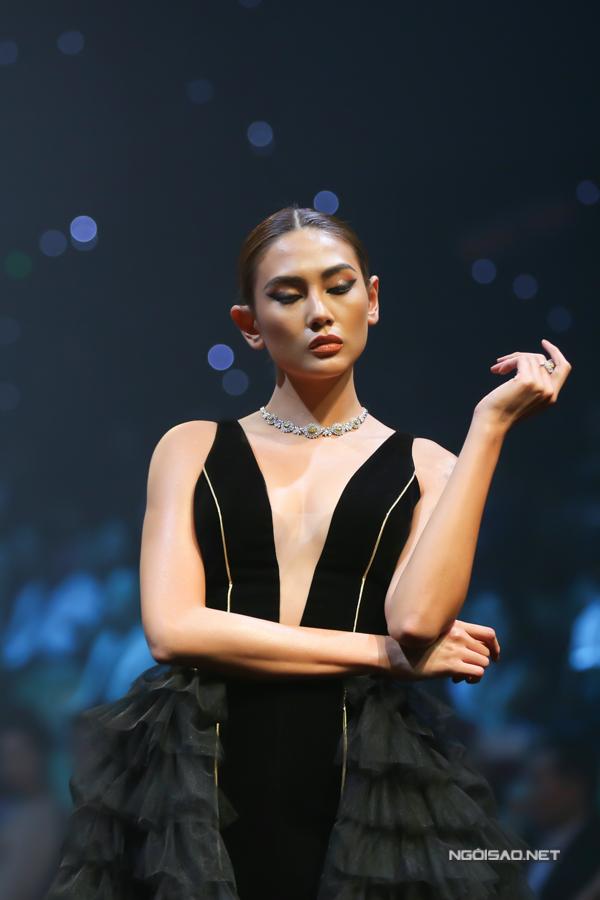 Võ Hoàng Yến, Thanh Hằng so trình catwalk - 2