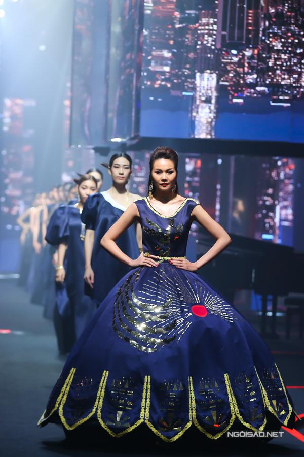 Võ Hoàng Yến, Thanh Hằng so trình catwalk - 3