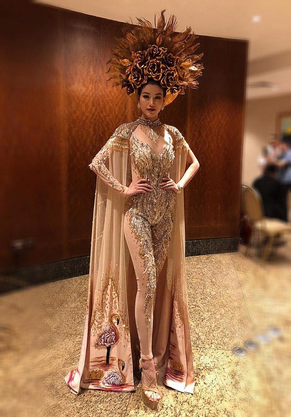 Bộ trang phục có tên Nữ thần mặt trời của nhà thiết kế Linh San từng giúp Phương Khánh giành huy chương vàng phần thi trang phục dân tộc tại Miss Earth 2018.