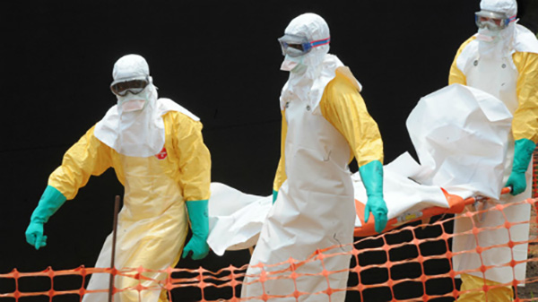 Nhân viên y tế khi làm việc trong vùng dịchEbola. Ảnh: AFP.