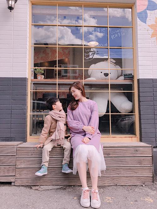 Hai mẹ con Phí Thùy Linh chủ yếu di chuyển đến các điểm thăm quan bằng tàu điện, vừa tiết kiệm chi phí, lại tránh được tắc đường vào giờ cao điểm. Hơn nữa, cô thích cảm giác được hòa mình vào nhịp sống của người dân Seoul.