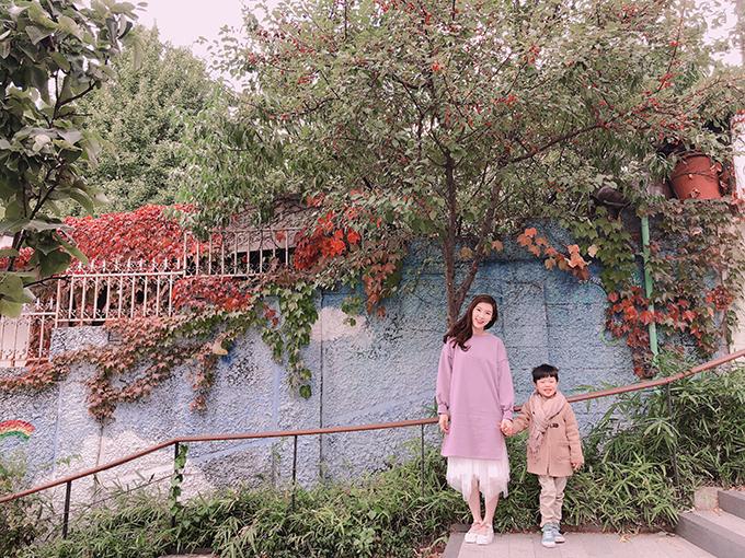 Hoa hậu Phí Thuỳ Linh và con trai đi bộ 15 km trong chuyến du lịch Hàn Quốc - 10