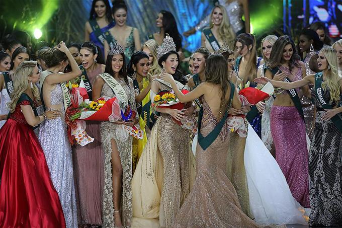Cô đã cố gắng ngăn nước mắt rơi vì vui sướng khi đăng quang, trang ABS-CBN News của Philippines viết. Phương Khánh đã vượt qua 87 thí sinh khác để giành vương miện Miss Earth 2018.