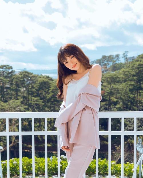 Hoa hậu chuyển giới Hương Giang khoe vai trần gợi cảm với áo khoác buông lơi.