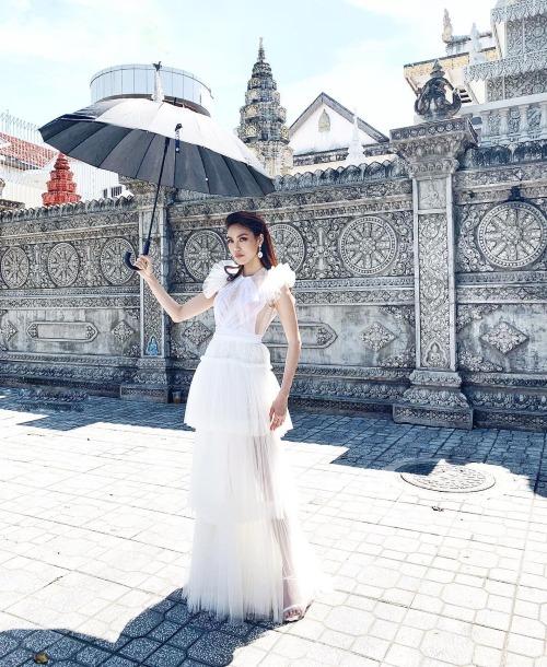 Lan Khuê mải miết du lịch ở Campuchia. Nắng chói chang hỏi chán chưa chưa chán, nữ siêu mẫu chia sẻ.