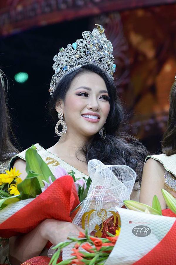 Nhan sắc của tân hoa hậu người Việt được khán giả quốc tế khen ngợi.