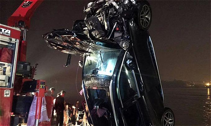 Chiếc xe gặp nạn bị hư hỏng nặng sau khi được đưa lên bờ.Ảnh: Sơn Tuyến