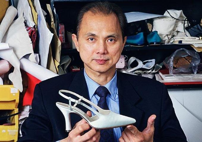 Năm 1986, Jimmy Choo, một thợ giày gốc Malaysia, mở tiệm đóng theo đặt hàng ở rìa đông thành phốLondon. Hiệu giàyđược các khách hàng tìm đến riêng tư, trong đó có công nương Diana. Ảnh: Forbes.