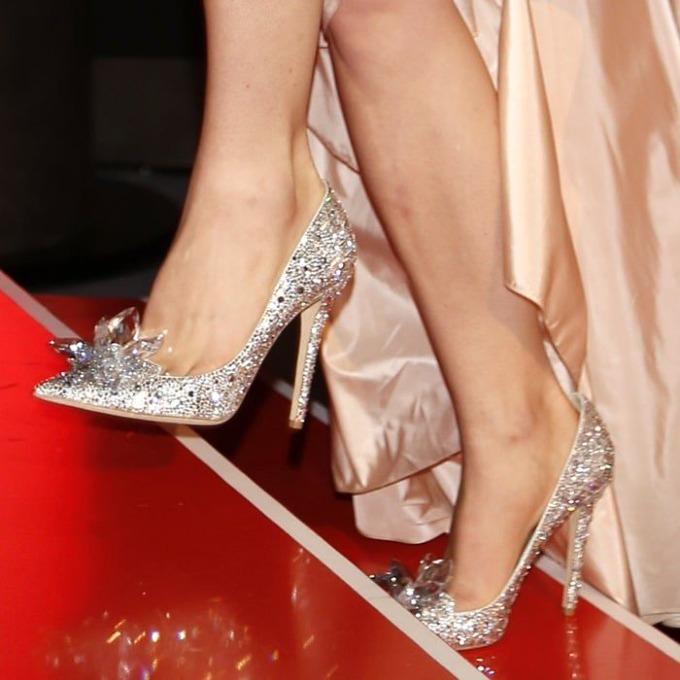 Năm 2001, Choo bán 50% cổ phần công ty ông cho tập đoàn Equinox Holdings, đổi lấy 30 triệu USD. Lúc này, nhà sáng lập Jimmy Choo đã bán hết phần sở hữu của mình tại công ty, chỉ còn phụ trách thiết kế những mẫu đắt tiền. Ảnh: Your Next Shoes.