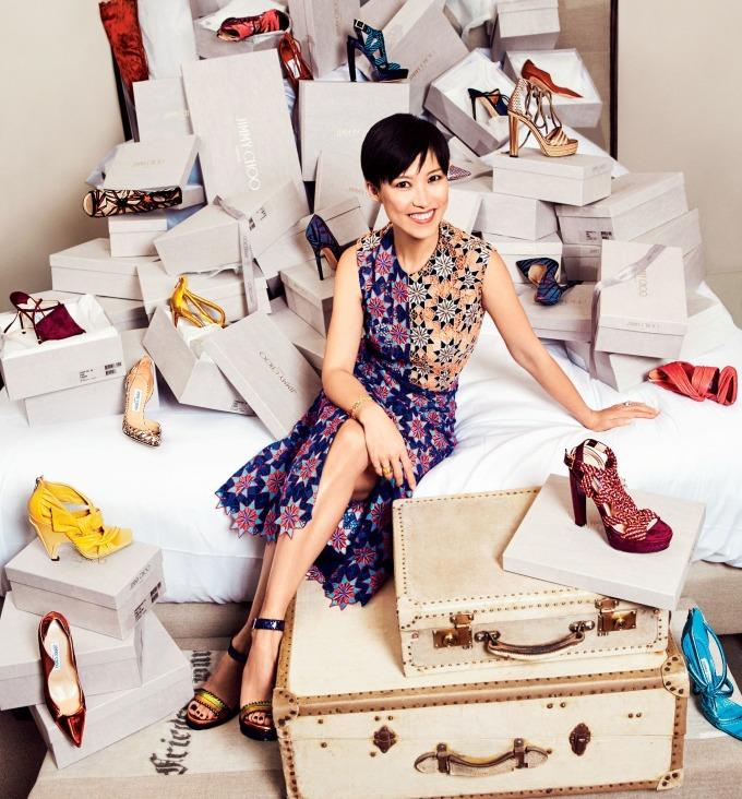 Không còn cả haisáng lập, Jimmy Chootiếp tục thịnh vượng dưới thời giám đốc sáng tạo Sandra Choinhờ nhận diện thương hiệu tốt, danh tiếng và phủ địa điểm liên tục. Năm 2014, khi đã có 177 cửa hàng trên 34 nước, Jimmy Choo thành thương hiệu giày sang đầu tiên lên sàn. 25% cổ phần công ty được chào bán công chúng lần đầu, đưa giá trị thị trường của nó lên 870 triệu USD. Ảnh: Glamour.