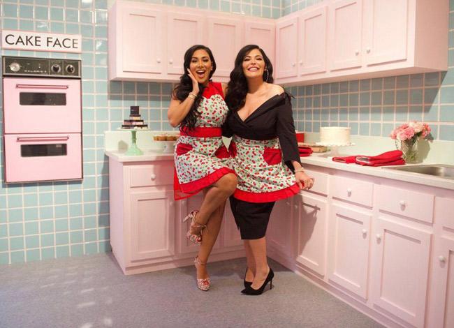 Huda Katton (trái) và chị gái Mona Kattan (phải), người đã động viên và giúp đỡ cô thành lập Huda Beauty. Ảnh: Forbes.