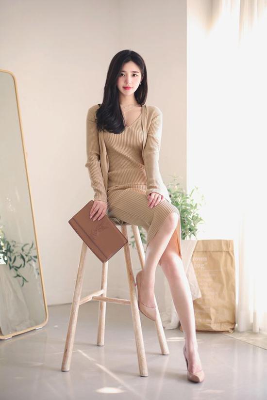 Để tông màu đơn sắc không còn đơn điệu, các nhà mốt đã mang tới nhiều kiểu váy áo mang tính ứng dụng cao. Bước vào mùa thu đông, váy len, áo khoác dạ, blazer... vẫn được lựa chọn nhiều nhất.