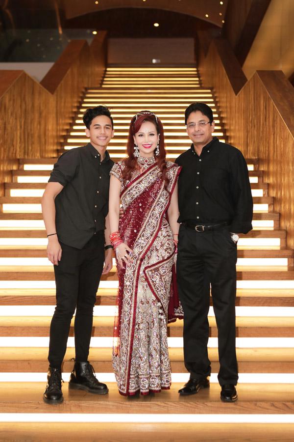 Cuối tuần qua, Diệu Hoa cùng chồng con làm khách mời trong Lễ hội Diwali (lễ hội ánh sáng), một ngày lễ lớn của người Ấn Độ. Người đẹp mặc váy Saree, trang phục truyền thống của phụ nữ Ấn, khoe vẻ rạng rỡ bên gia đình.