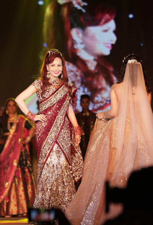 Chị cùng nhiều phụ nữ Ấn Độ khác sải bước trong trang phục truyền thống.