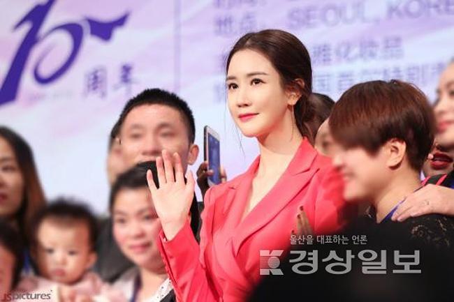 Không còn nhận ra Lee Dae Hee với gương mặt tròn, khóe miệng xinh xắn ngày nào. Giờ đây cô giống như búp bê tượng sáp. Theo một số khán giả nhận xét, mỗi lần gặp, Lee Dae Hee mỗi khác.