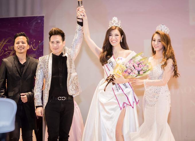 Nguyên Vũ cùng một số thành viên ban tổ chức lên sân khấu trao vương miện và giải thưởng cho Hoa hậu Việt Nam Toàn Thế giới 2018.