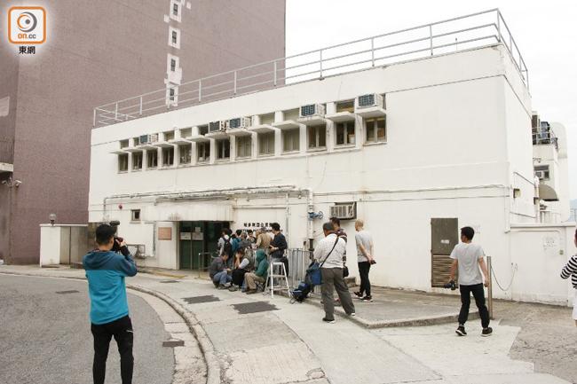 Đám đông phóng viên có mặt tại nhà xác để đưa tin về vụ việc.