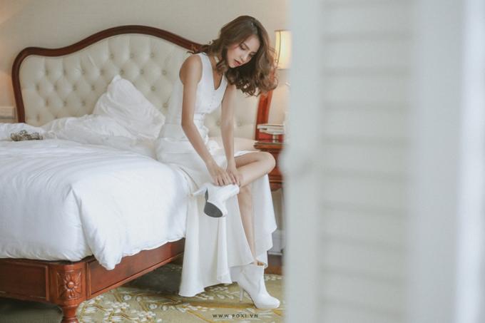 Mẫu váy cưới xẻ còn giúp các cô dâu để lộ đôi chân thon dài.